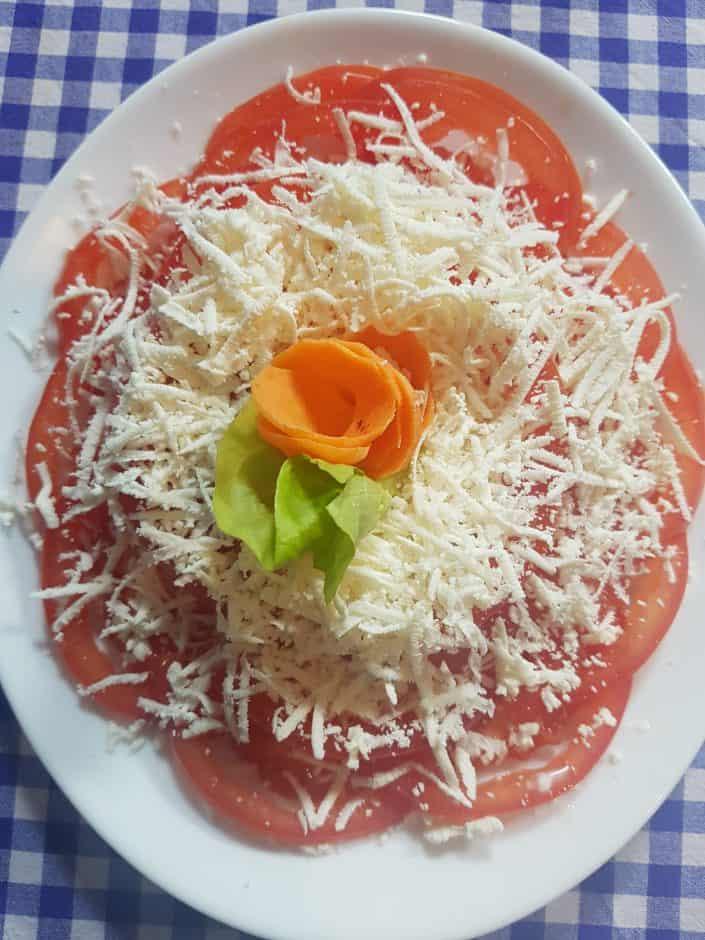 Paradajz sa sirom salata